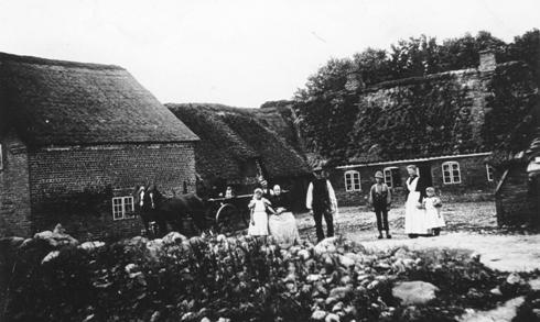 Rækker møllegård ca år 1900 med møller jeppe andersen og familie